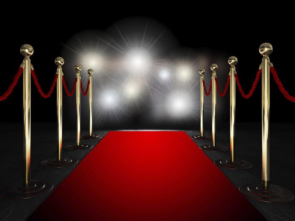 Photographie d'un tapis rouge pour illustrer le cinéma.